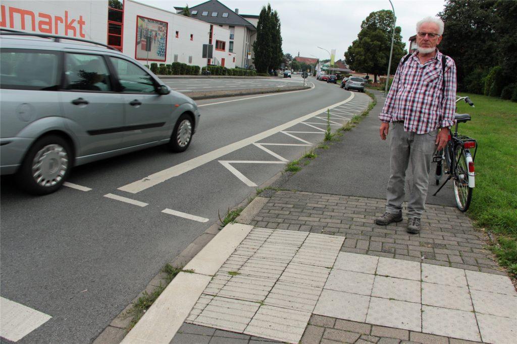Wer aus Stockum kommend über die Kreuzung Hansaring fährt, findet keinen Radweg mehr vor und muss auf die Fahrbahn ausweichen.