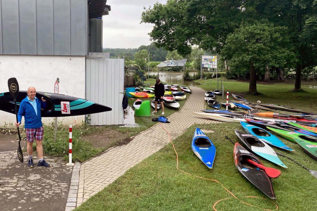 Nachdem sich das Wasser ziemlich schnell zurückgezogen hatte, konnten die Boote am Freitag zurück in die Garage getragen werden. Auch der KVS-Vorsitzende Klaus Volke (li.) war dabei.