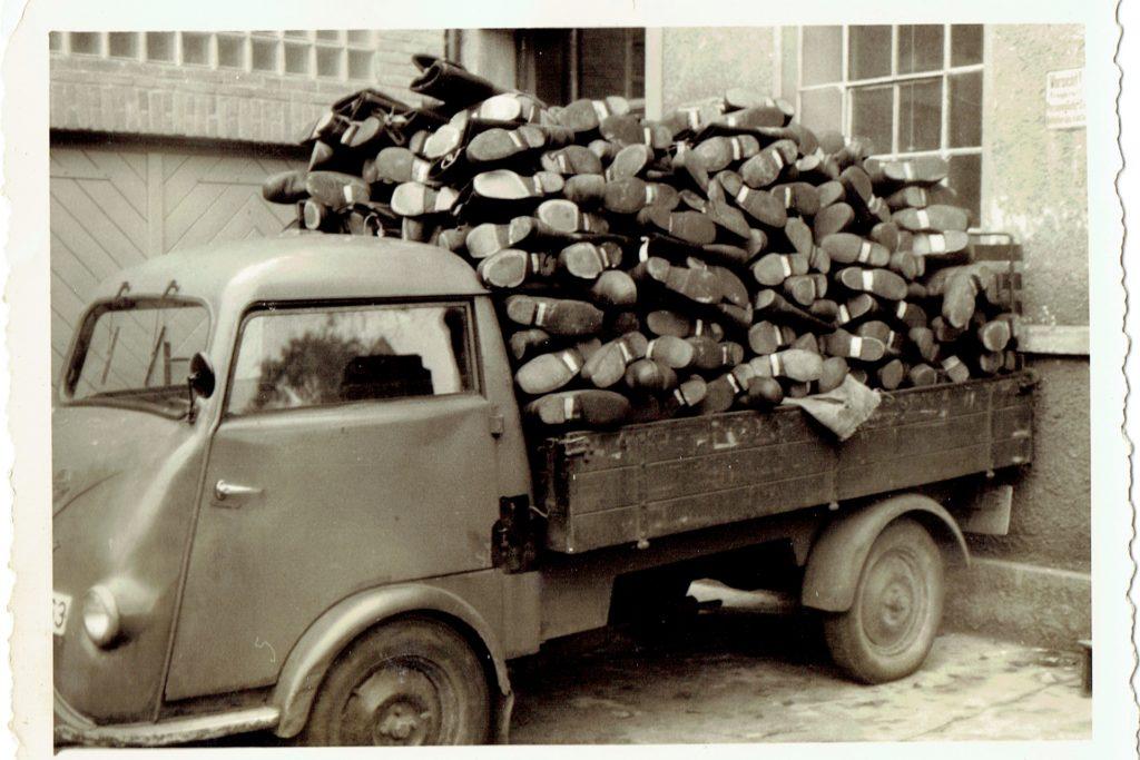 So wurden die Sicherheitsschuhe der Firma Priebs früher zu den Kunden gebracht. Verpackungen kannte man dabei nicht.