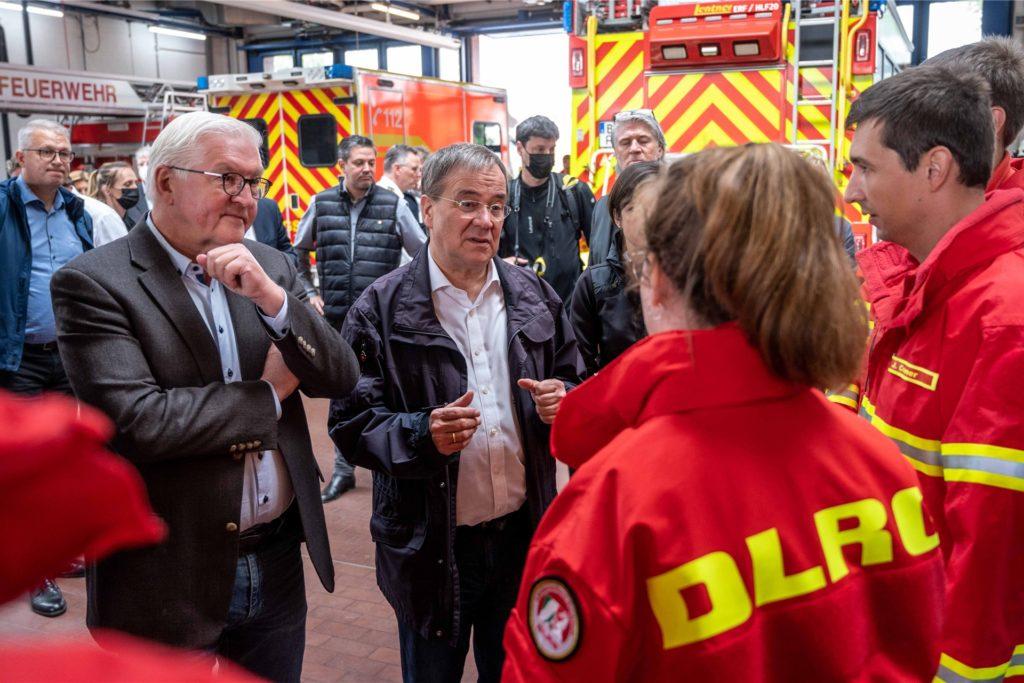 Bundespräsident Frank-Walter Steinmeier (l) und Armin Laschet (CDU), Ministerpräsident von Nordrhein-Westfalen, unterhalten sich bei einem Besuch der Feuerwehrleitzentrale mit Helfern der Deutschen Lebens-Rettungs-Gesellschaft (DLRG).