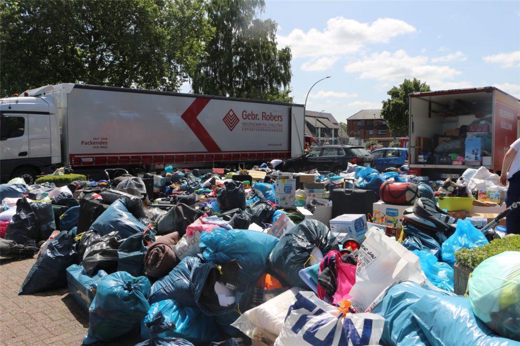 Das Bild des Kirmesplatzes gegen Mittag: Mit diesen Mengen an Hilfsgütern hatte die Jugendfeuerwehr Südlohn nicht gerechnet.