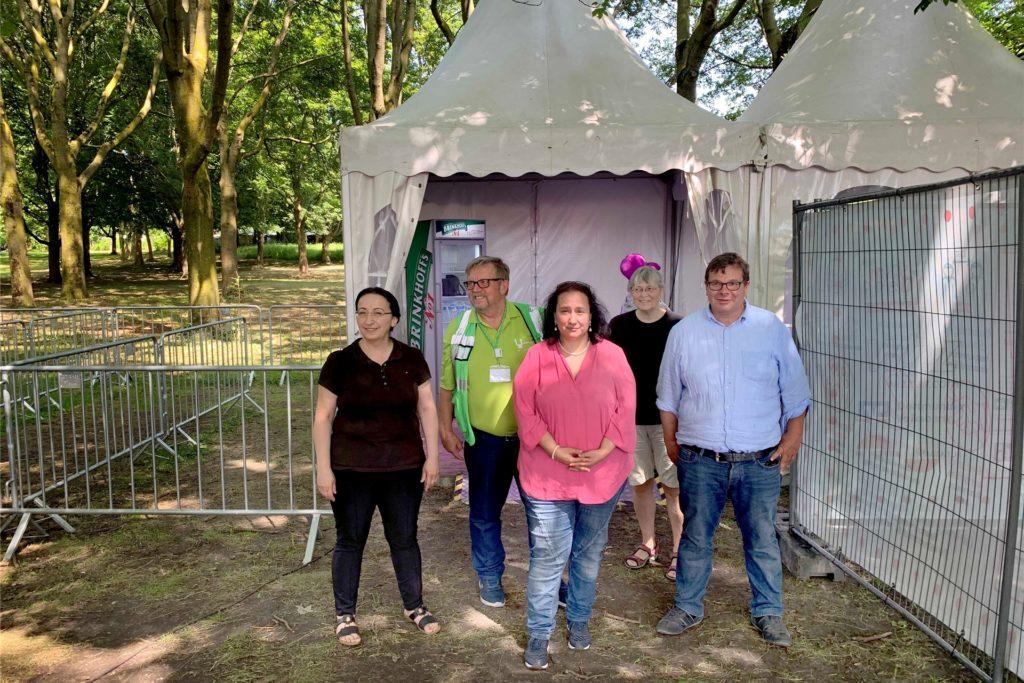 Die Dortmunder Initiative Impfen und der Kirmes-Chef vor dem ehemaligen Corona-Testzelt am FreDolino (v.l.): Dr. Fatma Michels, Dr. Reinhard Büker, Dr. Dilek Sahin, Birgit Geis (MFA) und Patrik Arend (Vorsitzender Schausteller Dortmund).