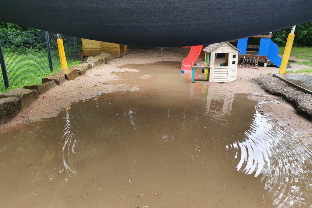 Der Spielplatz verwandelte sich zeitweise in einen See.