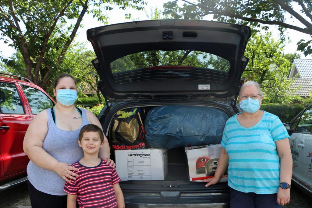 Renate Hisker (r.) aus Stadtlohn packte mit Tochter Ann-Kathrin Hisker und Enkel Milan Joel Hisker einen ganzen Pkw voll mit Hilfsgütern.