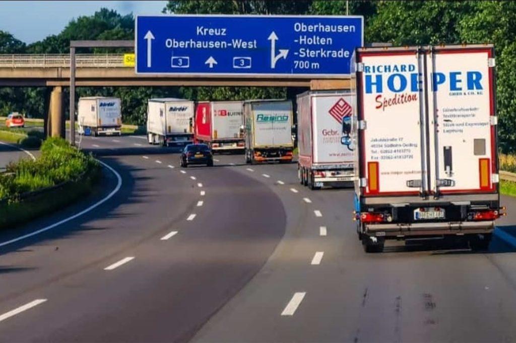 In Kolonne ging es am Sonntagmorgen unter Federführung der Feuerwehr Gescher in Richtung Eifel.