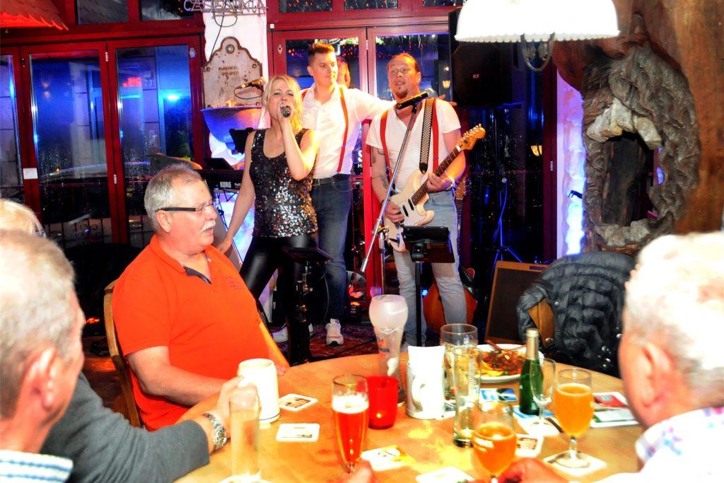 Bei kühlen Getränken und leckerem Essen genossen die Gäste das Konzert von Lueeza & Band in der Keule. Wirt Jochen Melzer (l.) hatte die Idee zu dem Benefizabend zugunsten des Schwerter Hospizes gehabt.