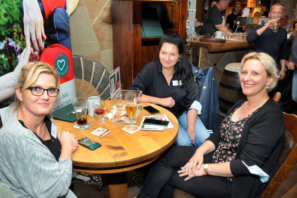 Hospizleiterin Marion Otremba (M.) und ihre Teamkolleginnen informierten beim Benefizabend in der Keule über ihre Einrichtung am Alten Dortmunder Weg und den virtuellen Hospizlauf.