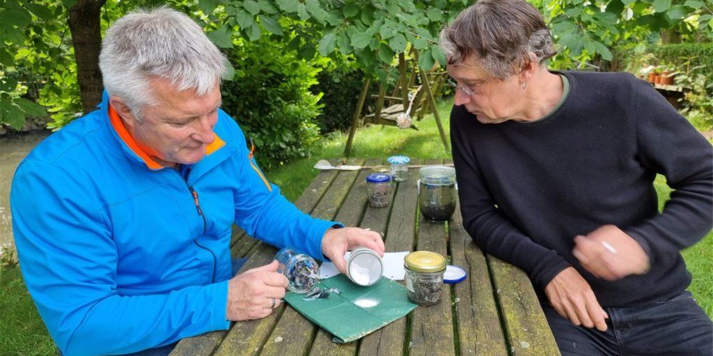 Herbert Moritz (l.) und Jürgen Althoff begutachten die Fundstücke, die Jürgen Althoff gesammelt und dokumentiert hat.