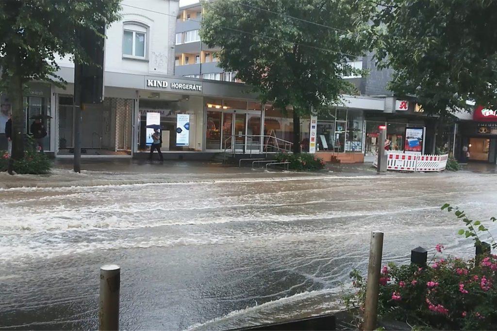 Der Brackeler Hellweg während des Unwetters am 14. Juli 2021 - Busse und U-Bahnen fuhren nicht durch die Wassermassen.