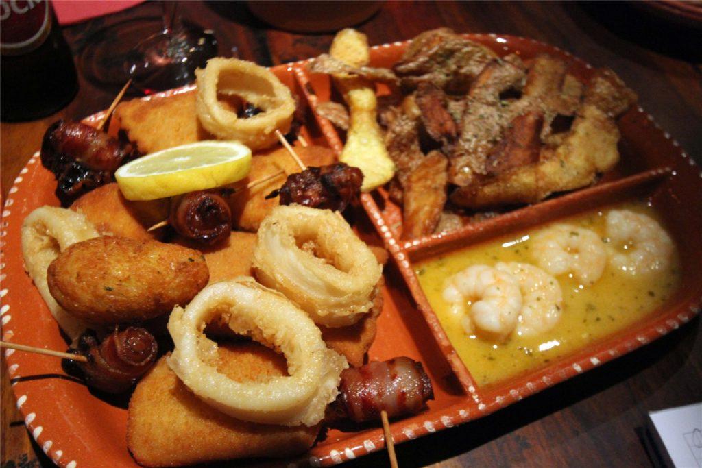 Der deftige Vorspeisen-Mix mit Gambas, Calamares, Datteln, gefüllten Kroketten und Kartoffelschalen-Chips führt einmal quer durch das Angebot bei Carlos.