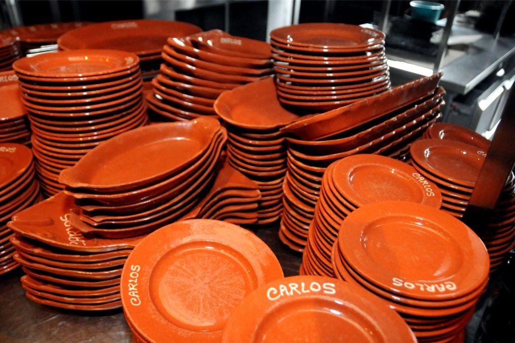 Das typische rotbraune Geschirr soll es in allen Carlos-Restaurants geben.