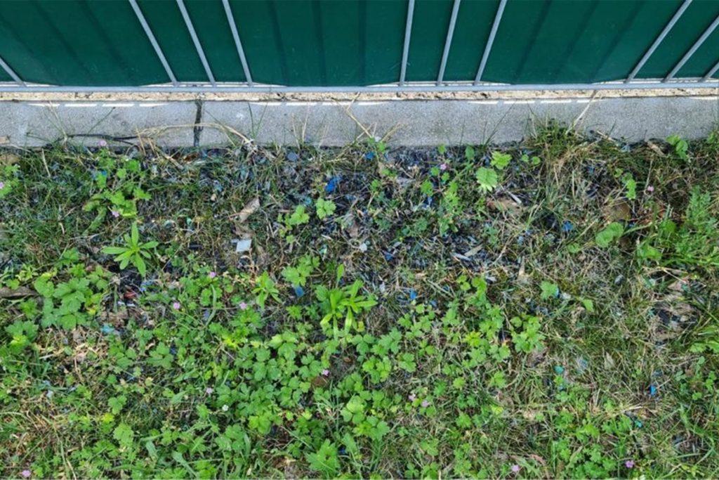 Im Umfeld der Ahauser Firma sind überall blaue Plastikteile zu entdecken.