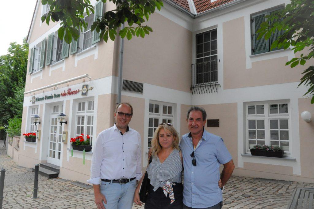 Thorsten Lachmann (v.l.) von Getränke Gefromm mit Carmela und Placido Galvagno, die das Restaurant