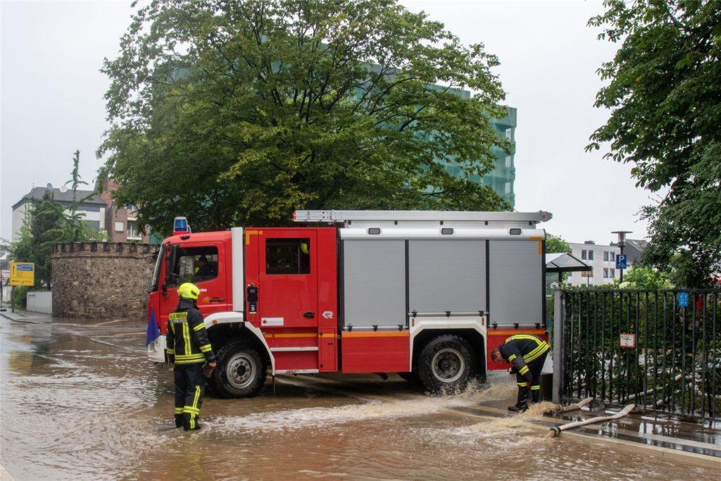 Das Krankenhaus in Eschweiler konnte wegen der Wassermassen erst am späten Nachmittag betreten werden, nachdem die Feuerwehr zigtausende Liter abgepumpt hatte.