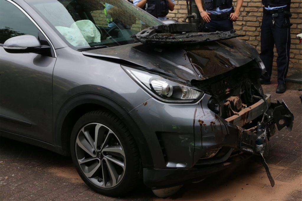 Der Kleinwagen wurde beim Zusammenstoß mit der Garage eingedrückt.
