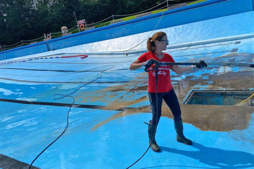 Drei Tage lang rückten die Mitarbeiter der Sportwelt und viele Ehrenamtliche dem Schlamm im Becken zuleibe.