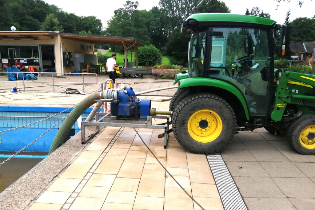 Auch ein Trecker kam bei der Säuberung des Beckens zum Einsatz.