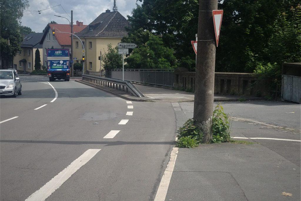 Bei der Eisenbahnbrücke führt die Markierung des Radstreifens auf den Gehweg. Durch die Leitplanke wird es hier deutlich schmaler. Wahrscheinlich weichen hier auch viele Radfahrer auf die Wittbräucker Straße aus.