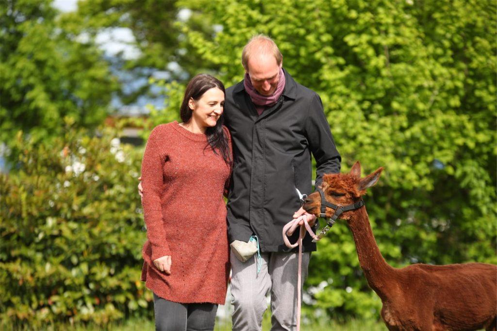 Adina Wolloscheck und ihr Mann Axel haben vor drei Monaten die kleine Alpakaherde übernommen.