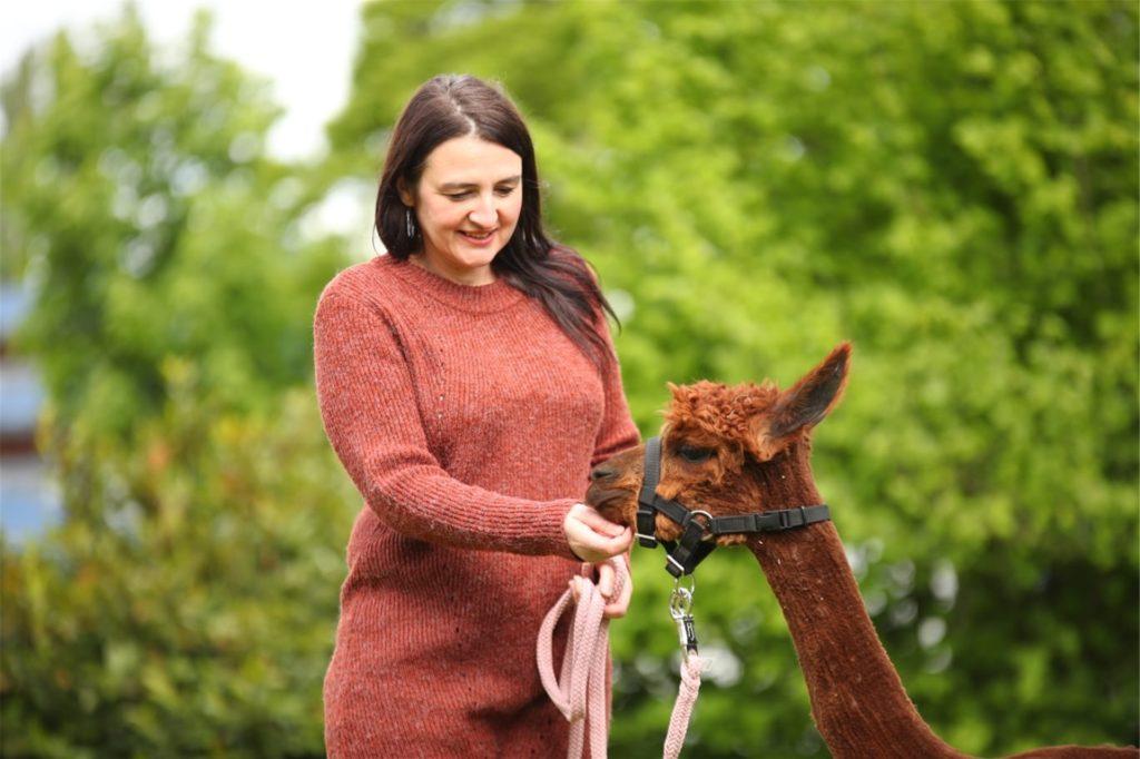 Adina Wolloscheck hat mit den Alpakas gute Erfahrungen bei der tiergestützten Therapie für Kinder und Jugendliche gemacht.