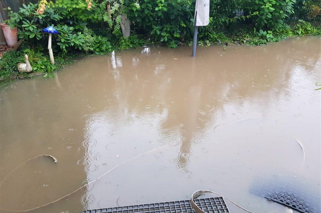 Der Garten von Klaus Hagenkoetter stand während des Unwetters unter Wasser.