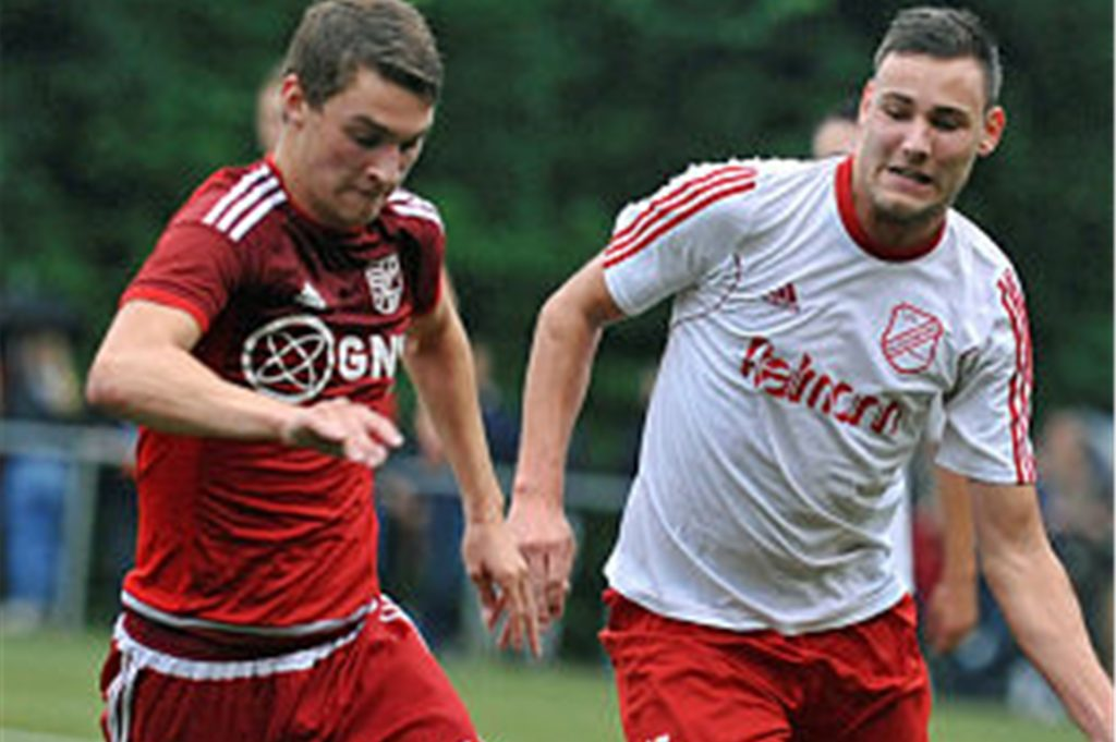 Lennart Varwick (re.)  erzielte einen blitzsauberen Hattrick für Eintracht Ahaus beim 4:0-Sieg in Gescher.