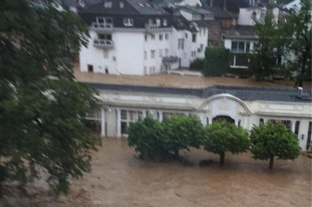 Inmitten der Flut stand das Hotel, in dem die Dortmunderin für ihren geplanten Urlaub in Bad Neuenahr unterkam.