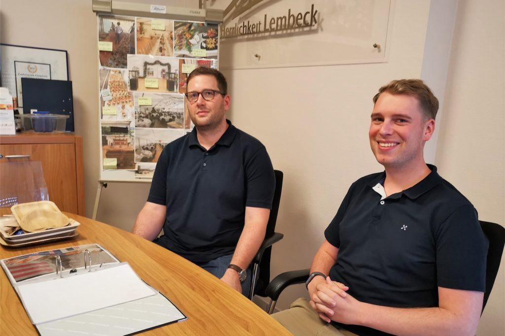 Pascal und Dyllian lassen sich in Lembeck ausführlich beraten.