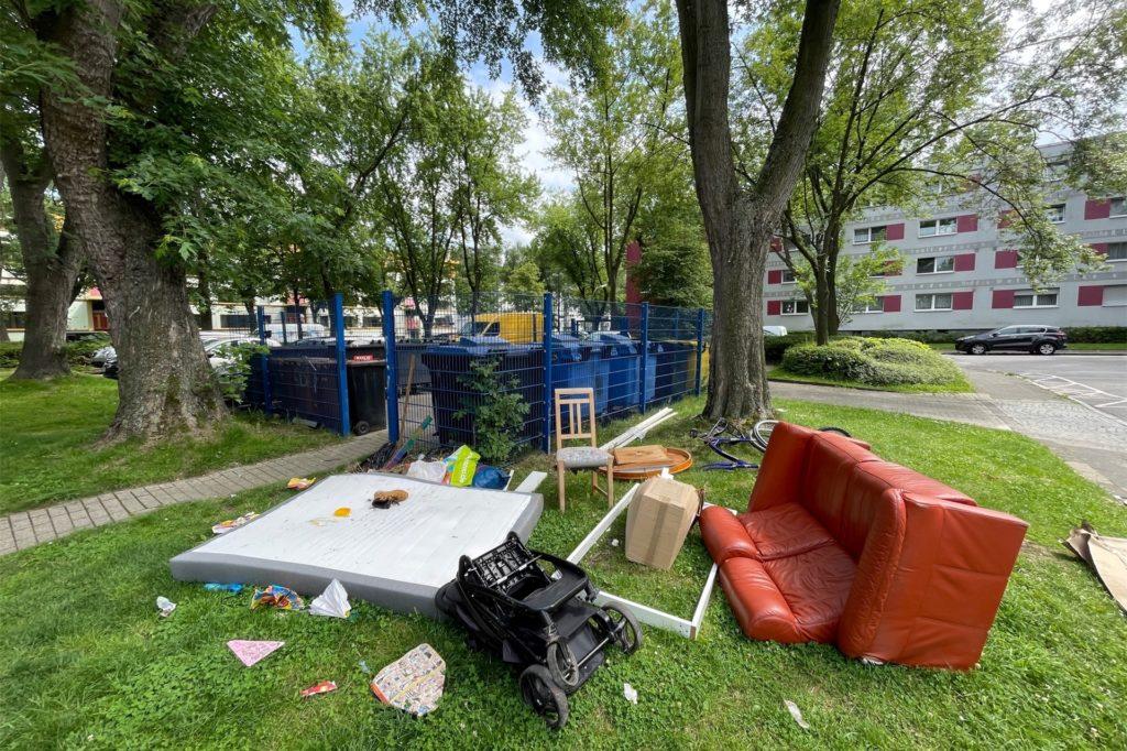 Dortmunds Sperrmüll-Teams sind zu 100 Prozent ausgelastet. Am Samstag (24.7.) will man dem Hochwasser-Müll aber in einer Aktion außer der Reihe zu Leibe rücken. Ob dabei auch der Müll in Scharnhorst abtransportiert wird, ist unsicher.