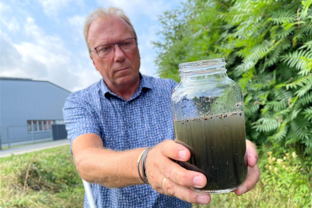 Martin Köning von der Stadt Ahaus prüft eine Gewässerprobe aus dem Bach.