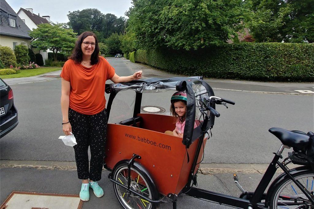 Julia Stern und Sarah (4) wollten eigentlich gerade zum Schultenhof. Durch die Sperrung der Stockumer Straße blieben sie dann doch vorerst Zuhause.