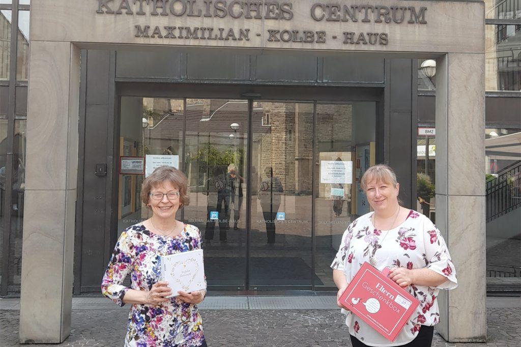 Die Beraterinnen des Sozialdienstes kath. Frauen, Bärbel Pielsticker und Kirsten Franke, stehen Schwangeren bei.