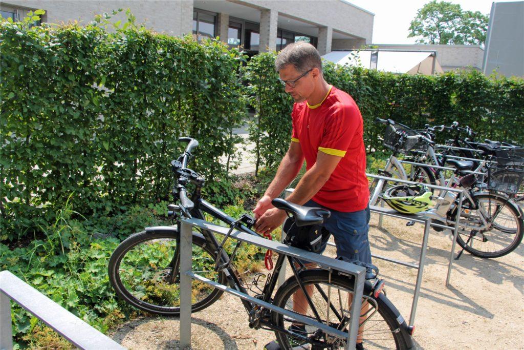 Jens Hirsch schließt sein Rad, wie an fast jedem Arbeitstag, am Bügel vorm Solebad an.