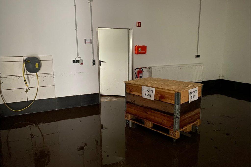 Das Vereinsheim, ein neu errichtetes Gebäude und die Fahrzeughalle der DLRG wurden beim Hochwasser beschädigt.