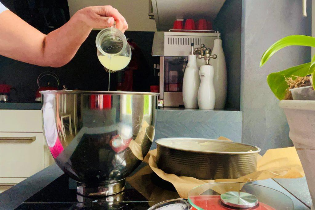 Zitronensaft und Buttermilch werden mit Sahnequark und Zucker vermengt.