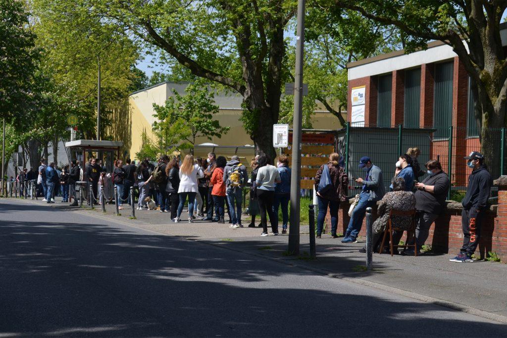 Lange Schlangen bildeten sich am Freitag (28.5.) vor der Netter Sporthalle. Viele Bürger aus Bodelschwingh, Nette und Westerfilde nahmen das Angebot der Sonder-Impfaktion an.