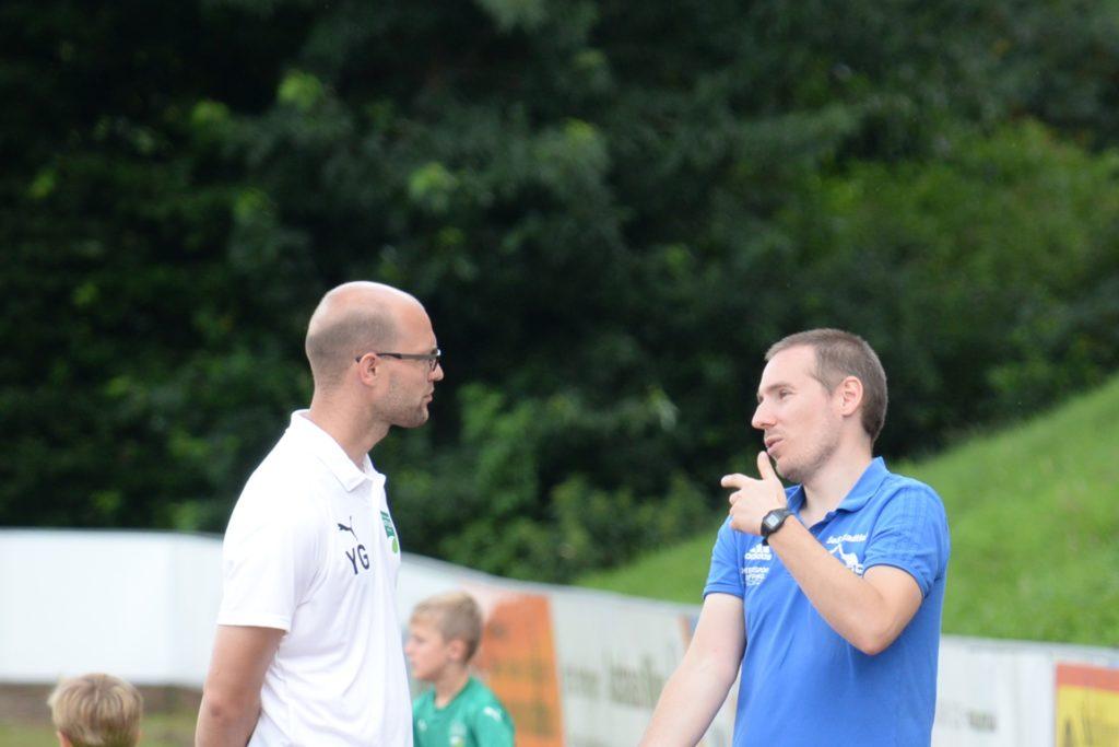 Zwei Trainer im Gespräch: Nottulns Yannick Gieseler (l.) und SuS Stadtlohns Coach Stefan Rahsing.