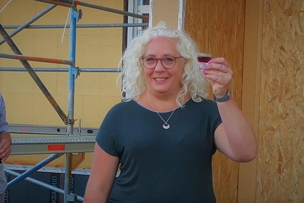 Stefanie Naaz wird die Kita an der Stockbreede leiten und erwies sich beim Umgang mit Hammer und Nagel als treffsicher.