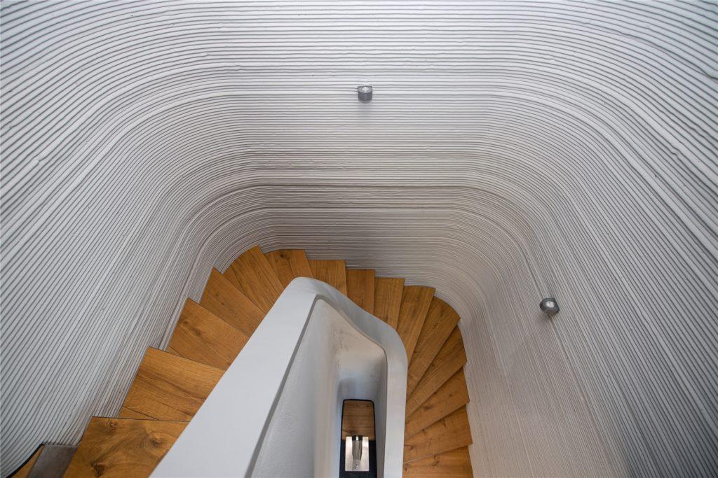 Der Treppenaufgang ist hell und modern gestaltet.