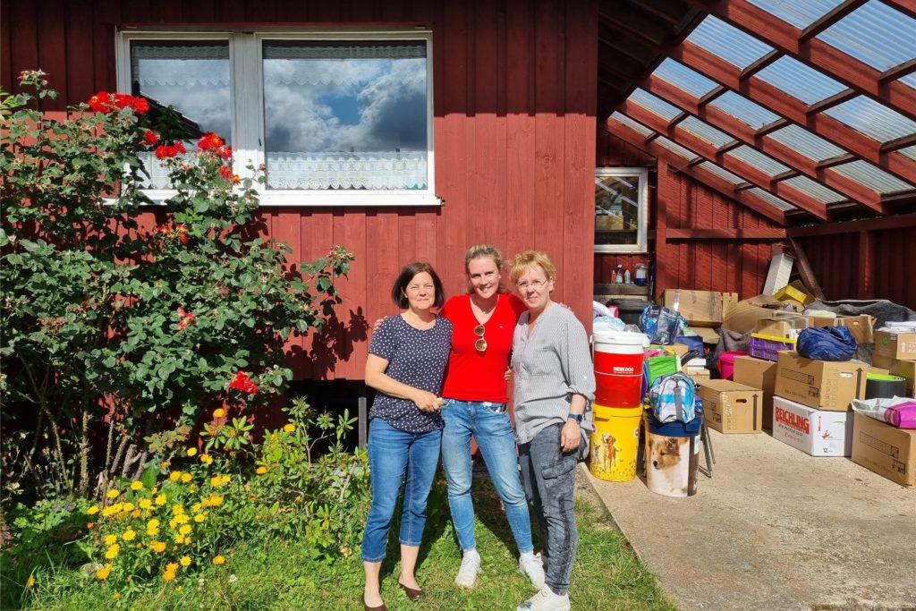 Sabine Gruhn (l.) wollte in wenigen Tagen ihre Praxis in Schleiden-Gemünd eröffnen. Dann zerstörte das Unwetter alles. Entsprechend gerührt reagierte sie auf die Sach- und Geldspenden ihrer Kolleginnen Ann-Cathrin Loeks (M.) und Kerstin Mohnberg.