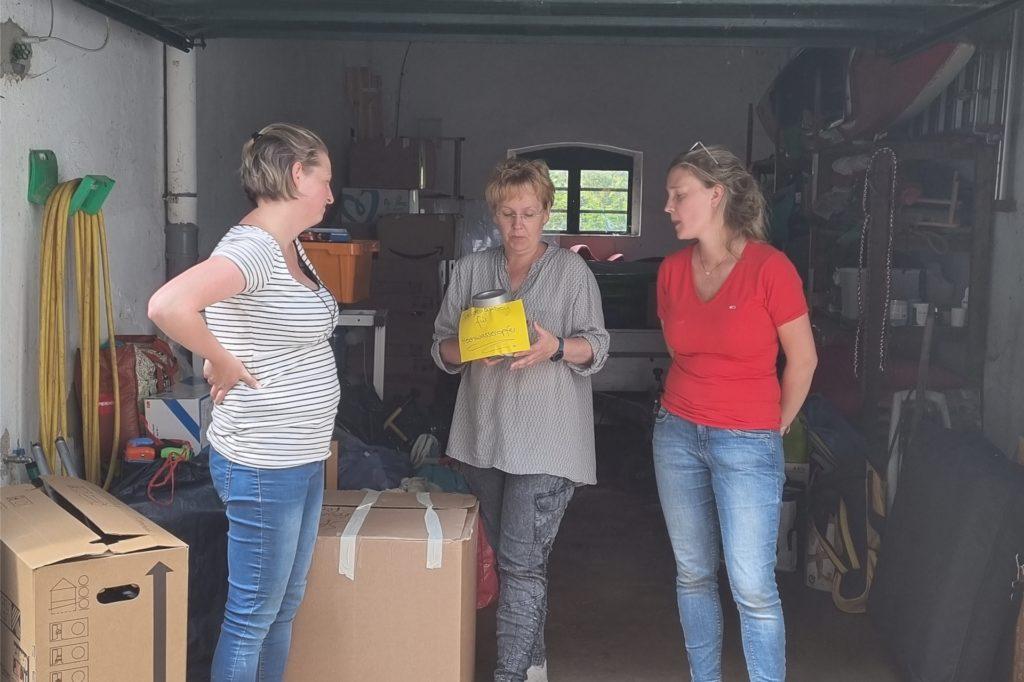 Ann-Cathrine Loeks (r.) und Kerstin Mohnberg überreichten weitere Sach- und Geldspenden an eine Ergotherapeutin vor Ort und Kitas und eine Grundschule.