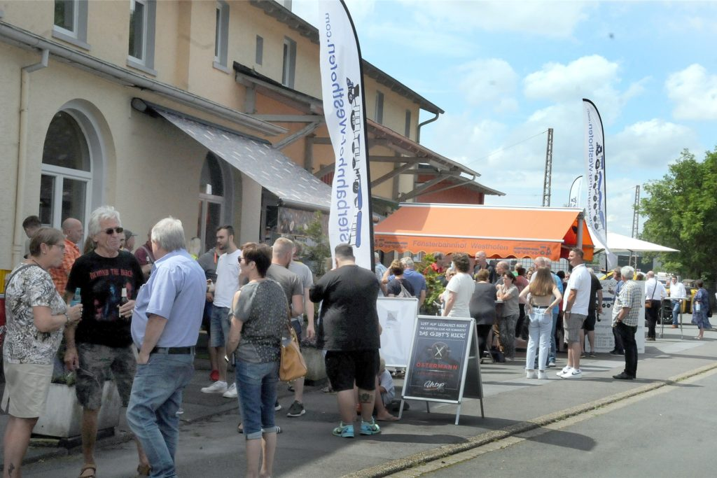 """Der Platz vor dem alten Bahnhof von Westhofen war in Eisenbahnzeiten nie so gut gefüllt wie der bei """"Eat´n´Help"""