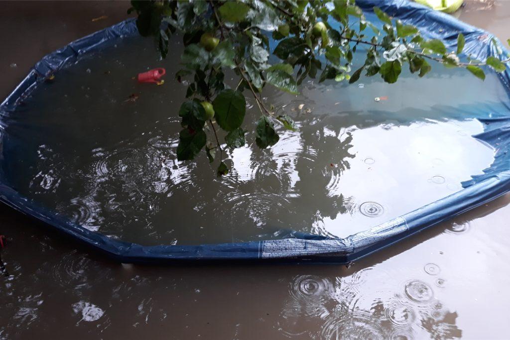 Das Planschbecken der Kinder lief voller Kanalwasser, nun liegt es auf dem Sperrmüll.