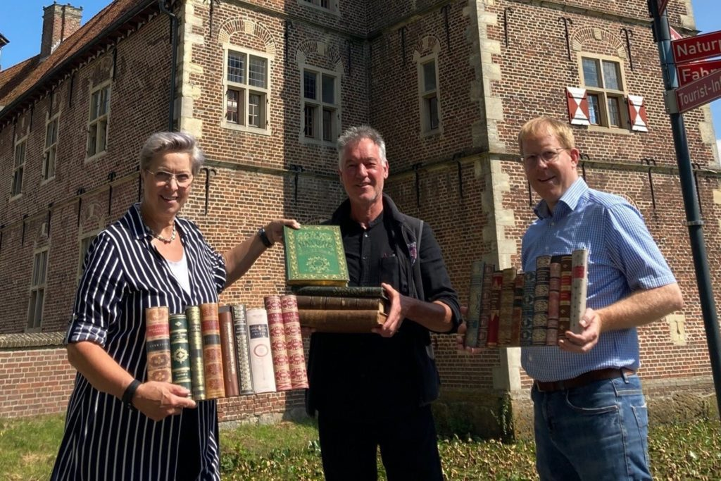 Diana Brömmel (Vorsitzende des Ortsmarketing-Vereins), Marktmeister Rainer Heeke und Reinhard Nießing (Ortsmarketing) laden zum 15. Büchermarkt ein.