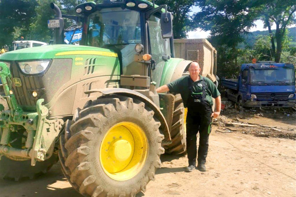 Frank Schmitz (44) aus Alstätte ist einer der vielen Landwirte und Helfer, die aus dem Kreis Borken ins Katastrophengebiet gereist sind, um zu helfen.