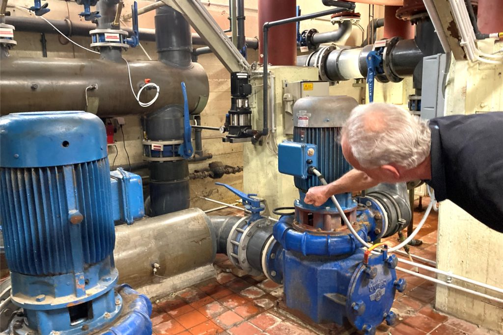 Jörg Husemann mit den beiden Pumpen: Inzwischen funktionieren beide wieder einwandfrei.