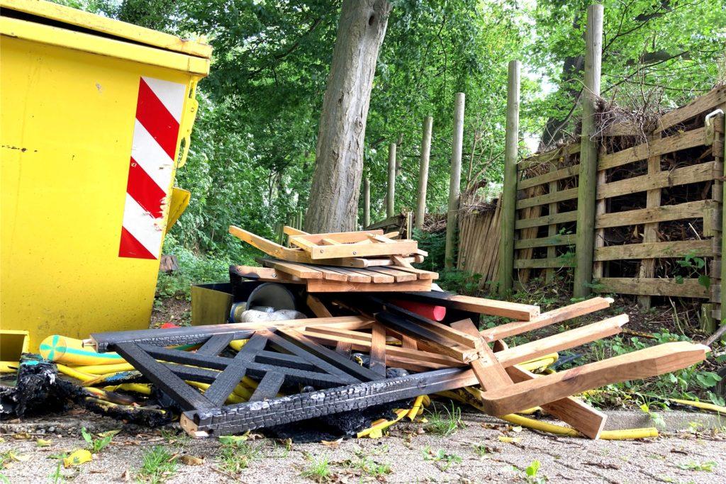 Noch gibt es diese Müllhaufen auf dem Freibadgelände. Nicht alles konnte am Dienstagmorgen mit der Fuhre zum Recyclinghof gefahren werden.