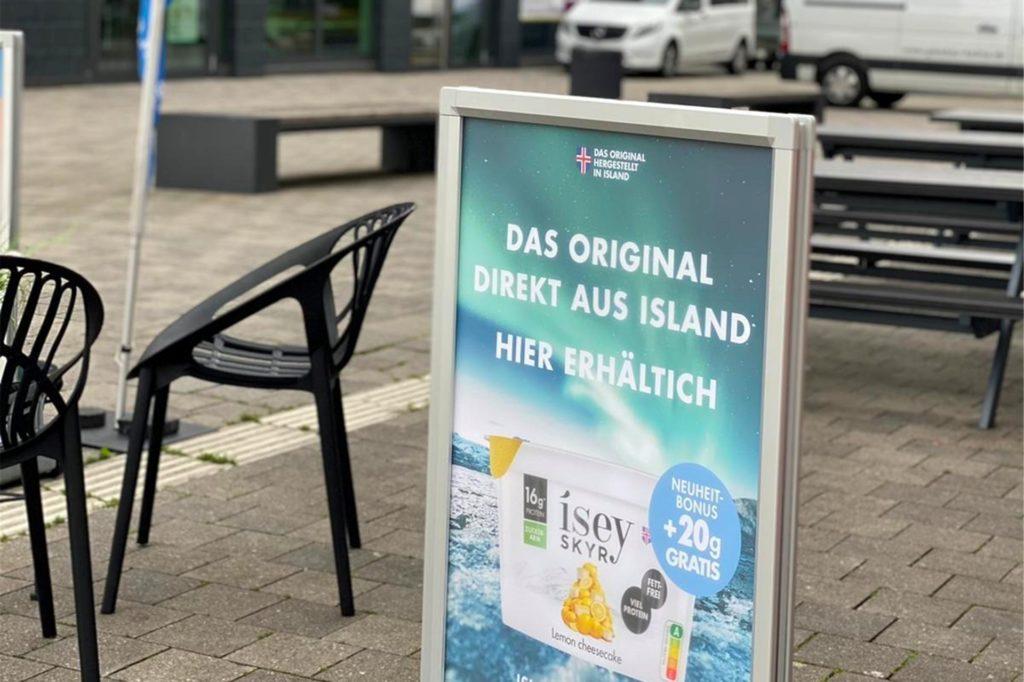 Aufsteller weisen auf das neue Angebot beim Isländer hin.