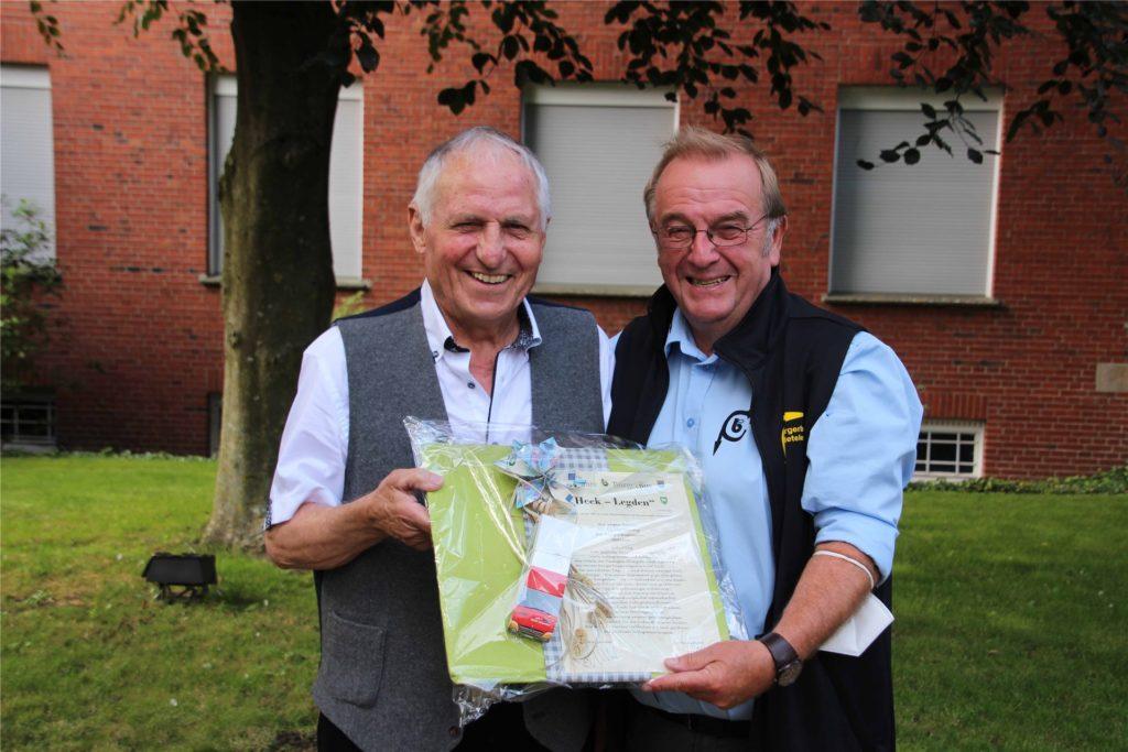 Freude pur über die gute Zusammenarbeit bei den Bürgerbusvereinen Heek-Legden und Metelen herrscht bei Egon Kiehl (l.), Vorsitzender Bürgerbusverein Heek-Legden, und seinem Amtskollegen aus Metelen, Gregor Hinkelammert.