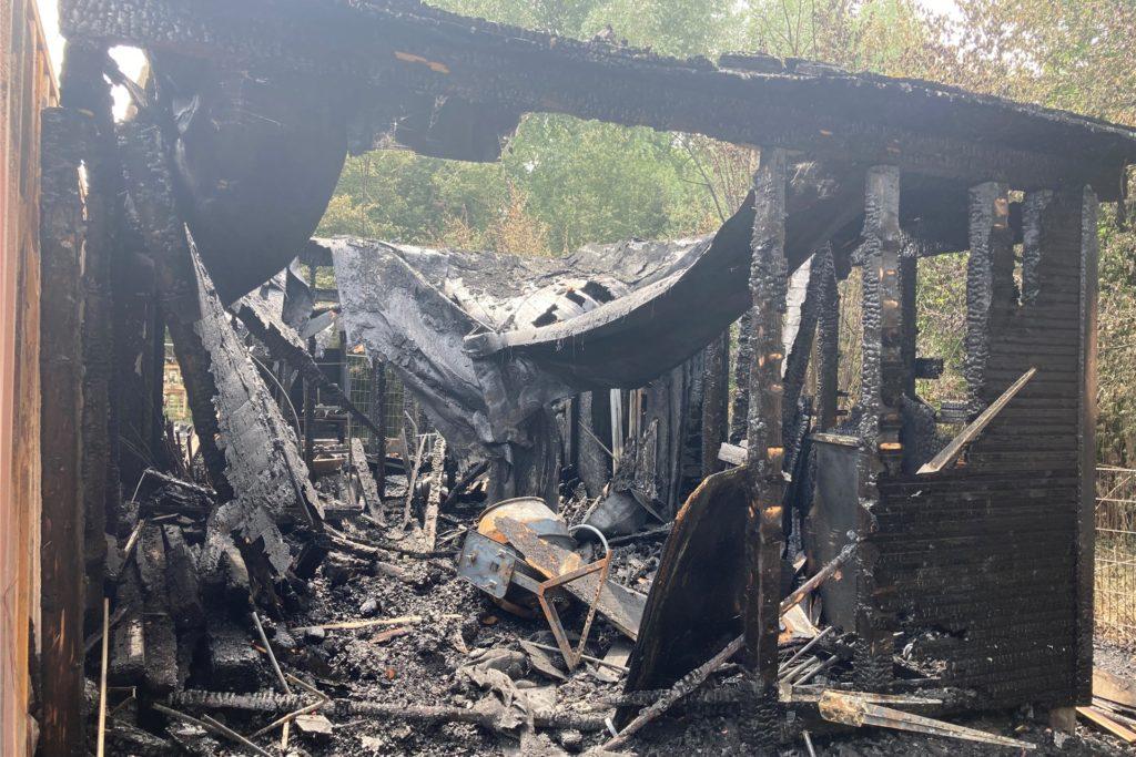 Der Werkzeugschuppen wurde durch das Feuer komplett zerstört.